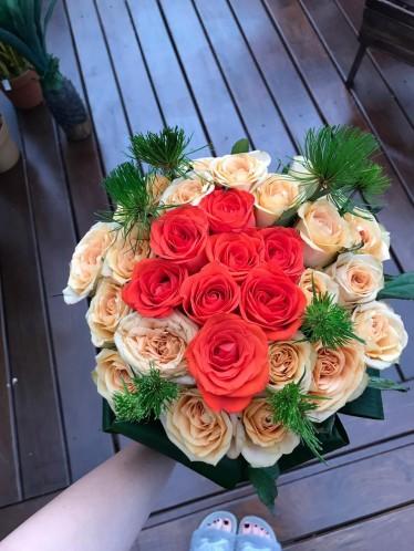 Topiaria com rosas laranjas e salmão.