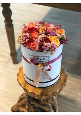 Arranjo rosas coloridas e kalandivas