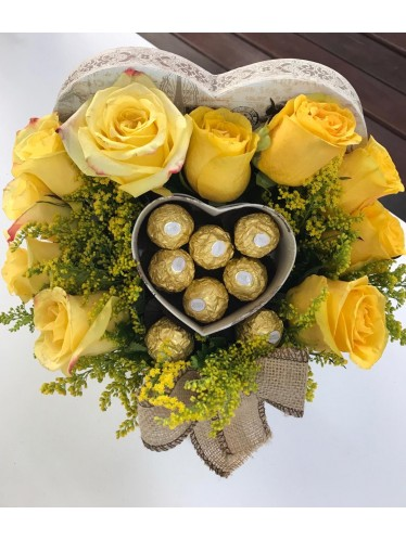 Caixa de coração com rosas e chocolate