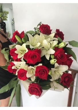 Rosas importadas + lírios brancos