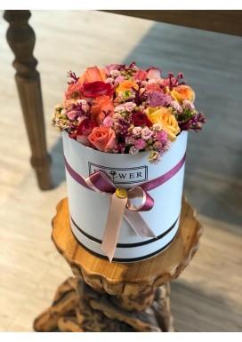 Topiaria na caixa rosas coloridas e kalandivas